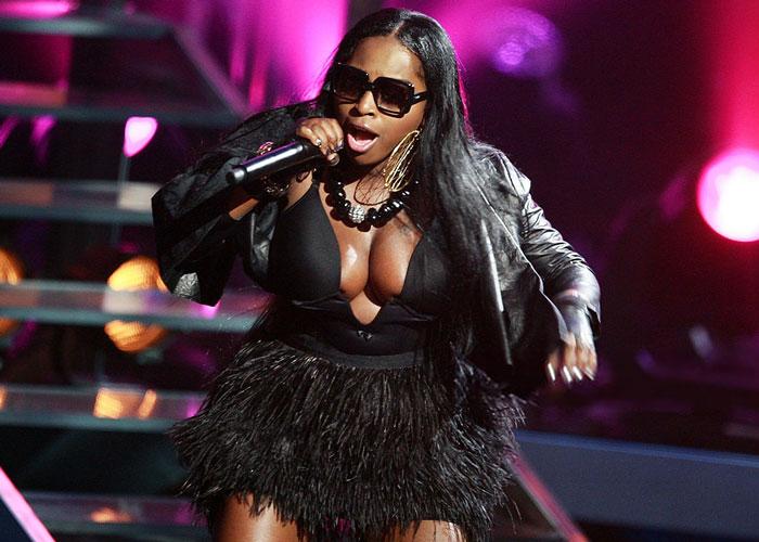 Rapper Foxy Brown booed off of stage; her bizarre behavior ...